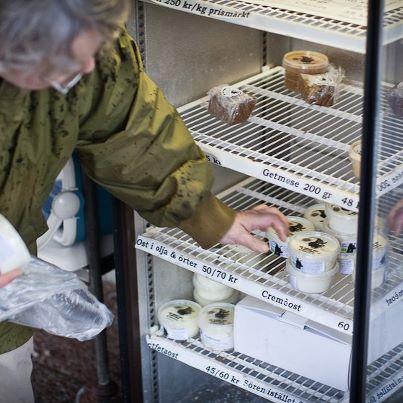 Kylskåpet med självbetjäning på ysteriverandan